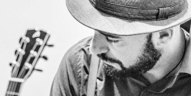 Davide Peron cantautore cappello