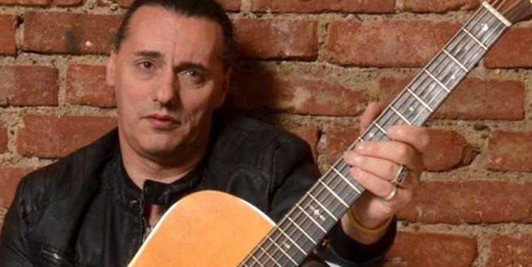 Mauro Pina cantautore chitarra