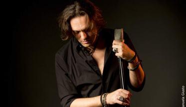 Lorenzo Cortoni dei The Road Connection con microfono