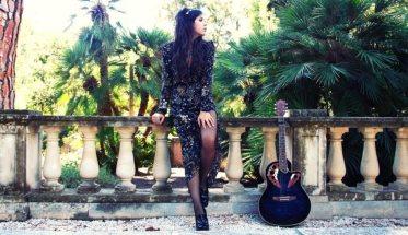 Elektra Nicotra con chitarra