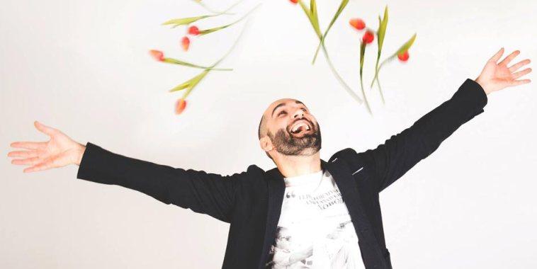 Alia cantautore a braccia aperte con fiori in aria