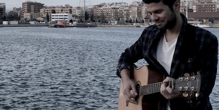 Luca Bonifaccio- cantautore con chitarra davanti al mare