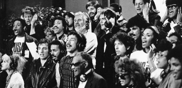 Una parte del coro USA For Africa durante la registrazione di We are the World