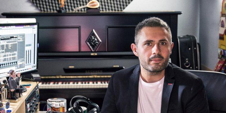 Nando Misuraca cantautore in studio di registrazione