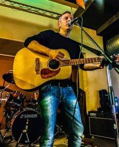 Il cantautore Alessio Ivan