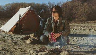 Blowy cantautore in campeggio davanti alla tenda
