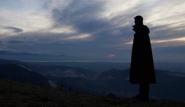 The Tavrvs Magvs in controluce e come sfondo un panorama montano