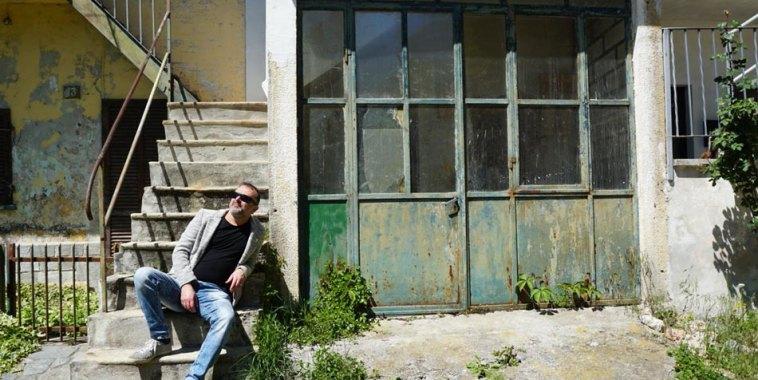 Donatello Ciullo seduto su una scala vicino ad un garage