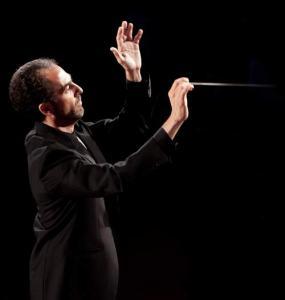 Damiano Giuranna con la bacchetta da direttore d'orchestra