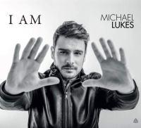 """Michael Lukes con le mani aperte in avanti sulla copertina dell'EP """"I AM"""""""