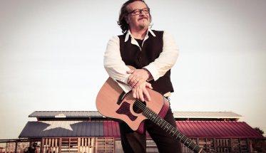 Cisco con la chitarra a tracolla
