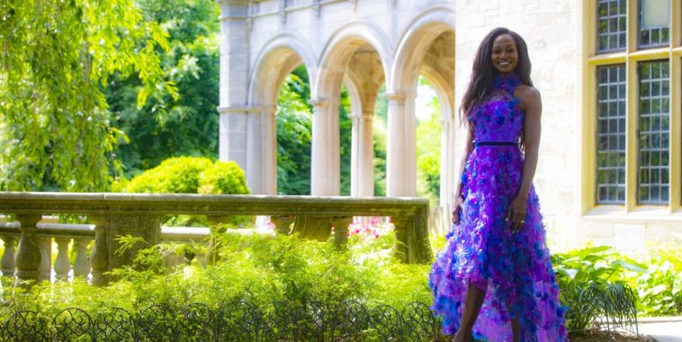Sarai Korpacz vestita di viola davanti ad una villa