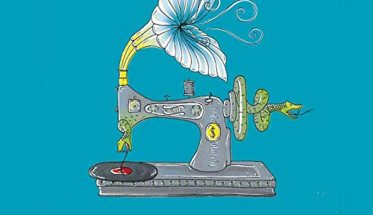 Copertina del disco Sartoria Volume EP una macchina da cucire con un grammofono su fondo azzurro