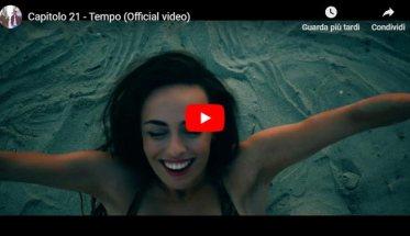 Donna in piscina che nuota nella copertina del video Tempo dei Capitolo 21