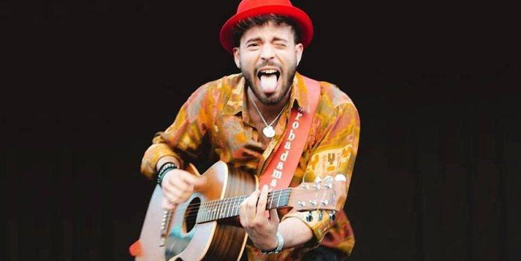 Giuseppe D'Amati con la chitarra mentre fa la linguaccia