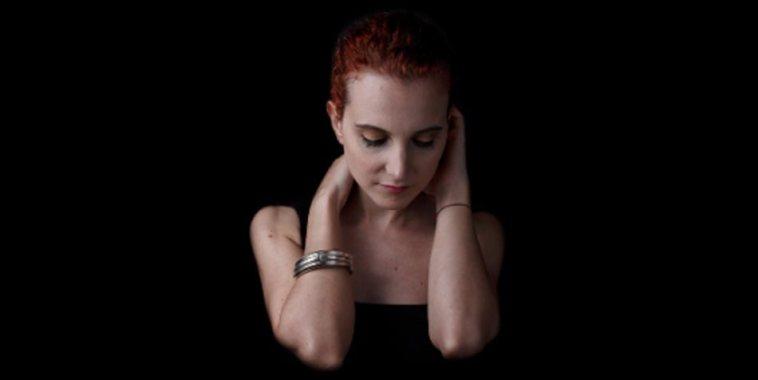 La cantautrice Giorgia Bazzanti su fondo nero