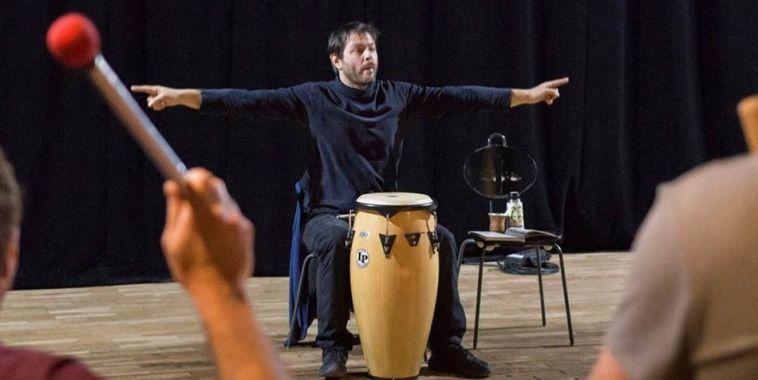 Santiago Vazquez allo djambe mentre fa il ritmo con segni