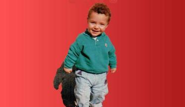 Copertina del disco di GERO: Un anno in più con un bambino con maglia verde su fondo rosso