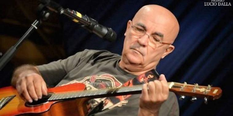 Tony Cerrone con la chitarra e il microfono