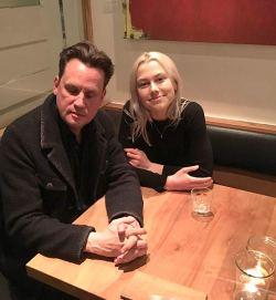 Phoebe Bridgers e Mark Kozelek seduti ad un tavolo
