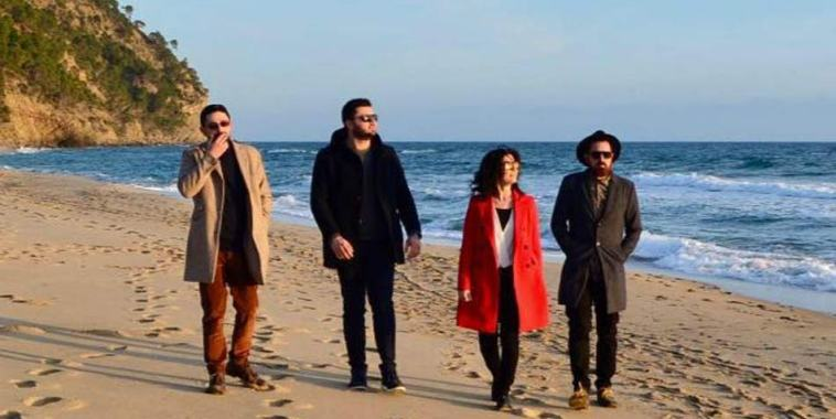 La band Vio.la band sulla spiaggia a camminare