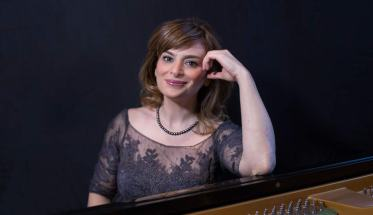 Ingrid Carbone seduta al pianoforte