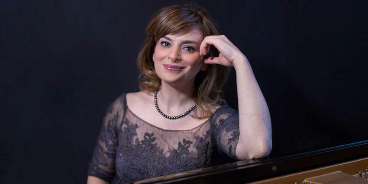 Ingrid Carbone seduta al pianoforte