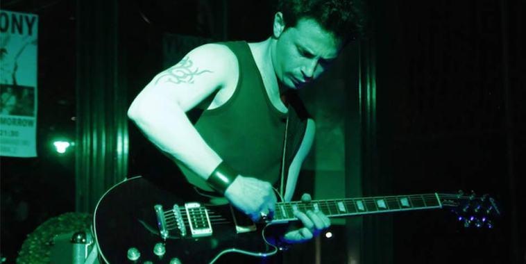 Anthony Valentino con la chitarra