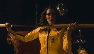 Marquica vestita di giallo con un bastone in mano