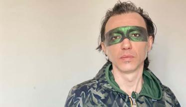 Nico cantautore con una mascherina, autore di Imparare a nuotare