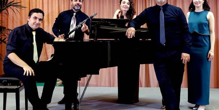 Il Proscenio Ensemble attorno a pianofrte a mezza coda