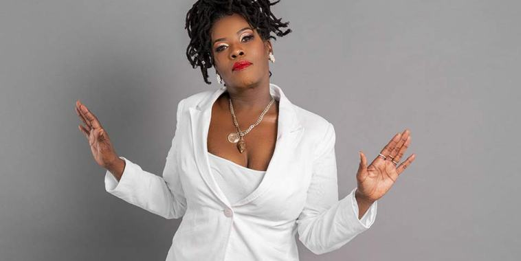 La cantante ARIELLA vestita di bianco
