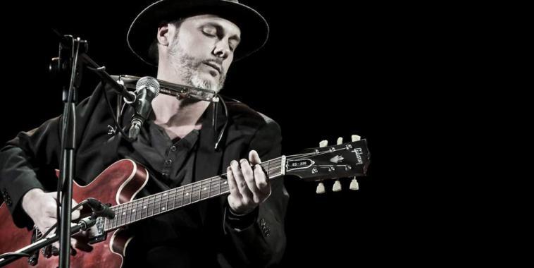Daniele Tenca con la chitarra e microfono