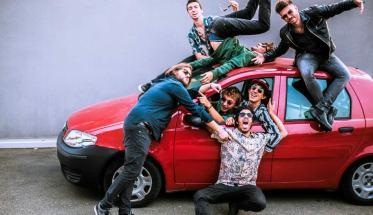 I Fake Jam Band sopra una macchina Fiat Punto rossa