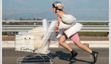 Moci mentre spinge un carrello da supermercato in copertina del disco MORBIDO