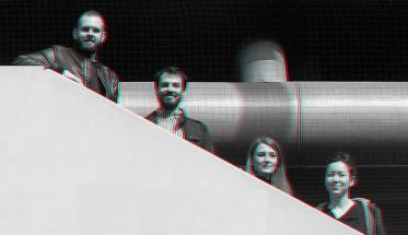 I 4 membri di Azione Improvvisa Ensemble su una scala