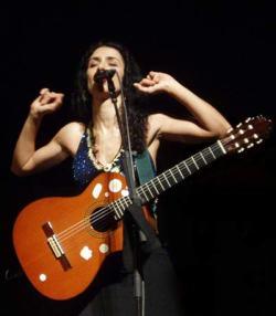 Marisa Monte con chitarra in concerto