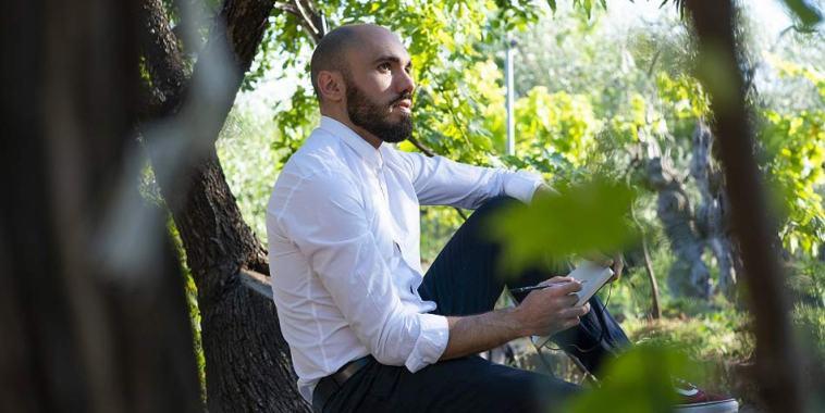 Orazio Saracino seduto sotto un albero