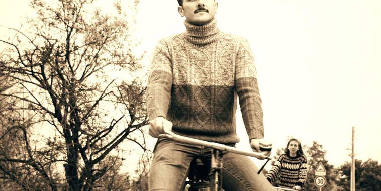Il cantautore Sambiglion in bicicletta