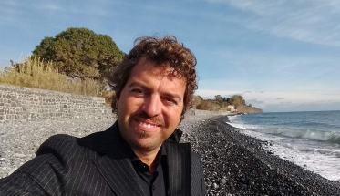 Antonello Cresti davanti al mare, autore del libro: La Musica e i Suoi Nemici