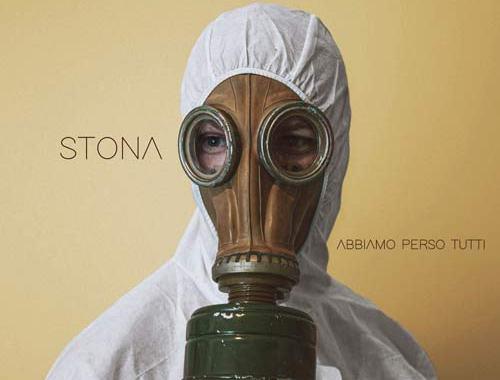 uomo con maschera antigas in copertina del disco di Stona: Abbiamo perso tutti EP