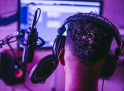 cantante con cuffie e microfono in studio di registrazione