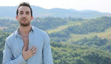 Felix Rovitto con alle spalle un panorama di colline verdi