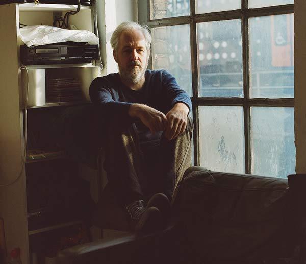 Il pianista Tom Blankenberg seduto alla finestra