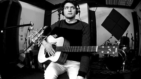 Yuri Crescenzio in studio con la chitarra