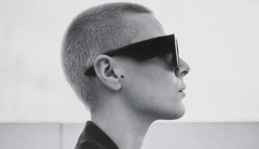 Carrese di profilo con occhiali da sole