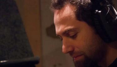 Daniele Bailo in studio davanti al microfono