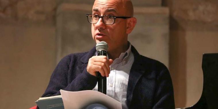 Francesco Pennarola con un microfono in mano