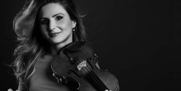 Anca Vasile Caraman con il violino in mano