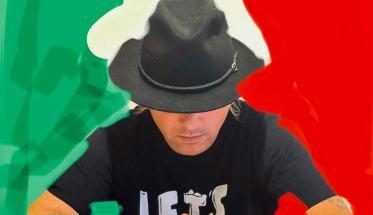 Andreadieci con alle spalle la bandiera italiana
